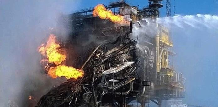 Se han registrado también 16 heridos según la empresa estatal PEMEX, que con varios barcos contra incendios ha tratado a lo largo de la jornada controlar el fuego causado por la explosión. (AFP)