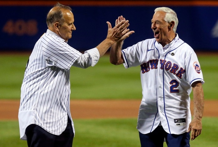 Joe Torre (izquierda), exdirigente de los Yankees de Nueva York, y Bobby Valentine, exdirigente de los Mets de Nueva York, chocan manos tras realizar el lanzamiento de honor.