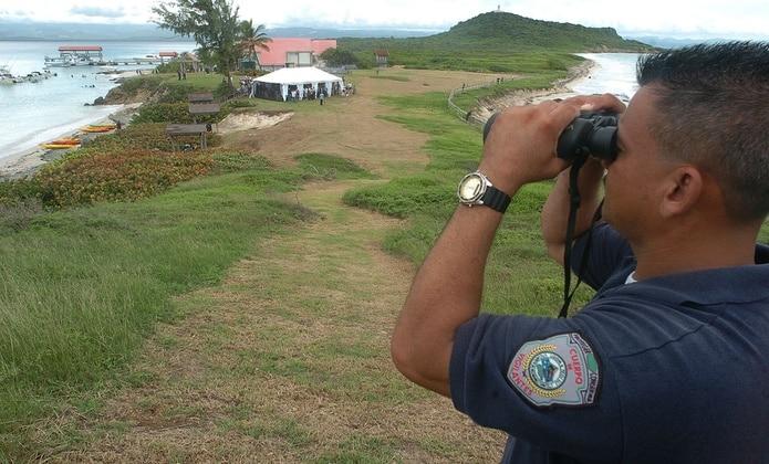 Miembro del Cuerpo de Vigilantes observa toda la isla Caja de Muerto