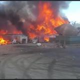 Bomberos combaten incendio en planta de recliclaje en Vega Baja