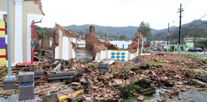 Una edificación en Utuado termina en escombros como resultado del sistema atmosférico. (david.villafane@gfrmedia.com)