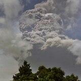 Volcán Soufriere en San Vicente continúa expulsando cenizas