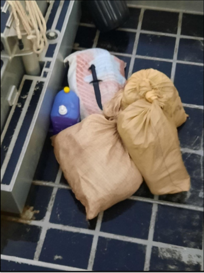Dentro de los cuatro fardos ocupados en la embarcación en la costa de Aguada se ocuparon 51 bloques cocaína.