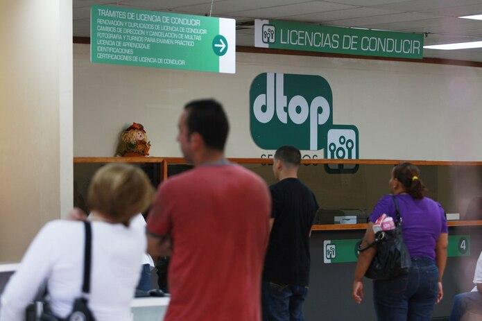 Imagen de archivo de ciudadanos en espera de un turno en el Cesco de Bayamón.