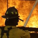 Explosión desata un incendio en centro comercial de Virginia