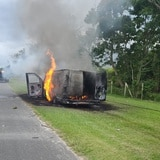 Se incendia guagua a orillas de autopista en Dorado