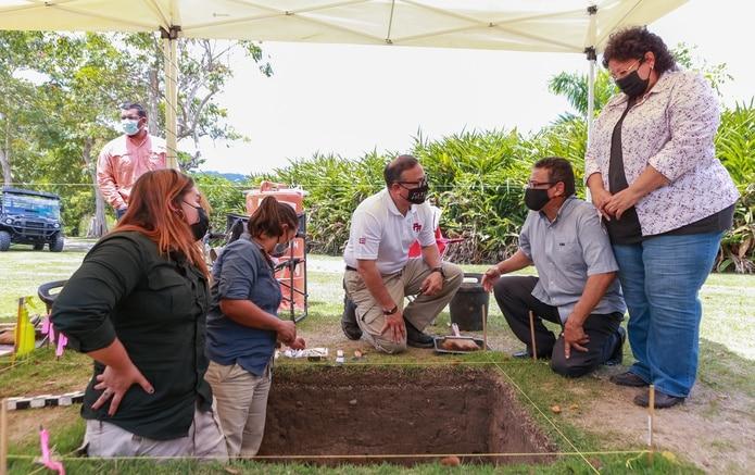 En cuclillas, el alcalde William Miranda Torres y el arqueólogo Carlos Arturo Pérez. De pie, la arqueóloga Maritza Torres. En la fosa, estudiantes de Maestría en Arqueología del Centro de Estudios Avanzados de Puerto Rico y el Caribe.
