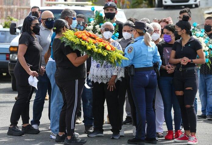 14 de Enero del 2021  Toa Alta funeraria Diaz velorio del policia estatal Luis Marrero  Diaz aal centro llega a la funeraria Maria Luisa Diaz david.villafane@gfrmedia.com