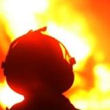 Joven muere calcinado cuando choca su auto con un poste y se incendia