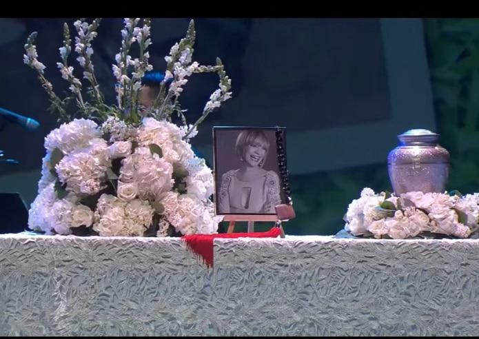 La urna con las cenizas de la productora, presentadora y locutora fueron ubicadas en un altar junto con una fotografía, flores y un crucifijo.
