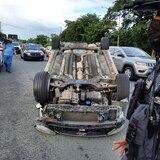 Conductor de auto hurtado se vuelca y le roba el carro a ciudadano que intentó ayudarlo