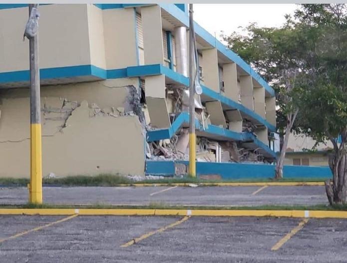 Los primeros dos pisos de la escuela Agripina Seda en Guánica colapsaron parcialmente luego del primer temblor. (Suministrada)