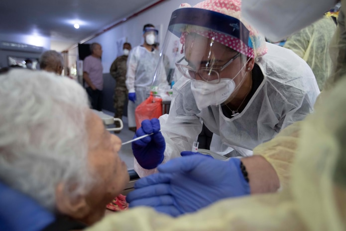 De acuerdo con los CDC, las poblaciones en hogares de ancianos tienen un alto riesgo de infección, enfermedad grave y muerte por COVID-19.