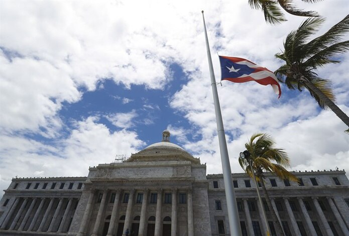Las banderas comienzan a ondear a media asta en dependencias públicas como el Capitolio. (teresa.canino@gfrmedia.com)