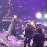 Wisin se cae de tarima en concierto en Texas