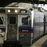 Hallan cadáver quemado encima de tren en Filadelfia