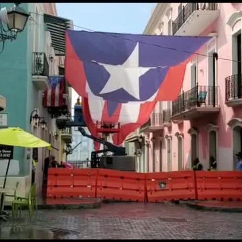Enorme bandera monoestrellada en la calle Fortaleza