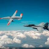 Dron reabastece de combustible un avión militar de Estados Unidos en pleno vuelo