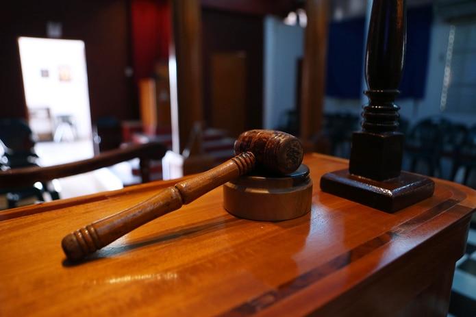 Diligencian orden de arresto contra acusado en ausencia de homicidio involuntario.