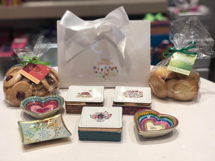Ciras Cookies tiene disponibles una variedad de cajas para galletas y algún otro detalle como platitos de cristal o libretas.