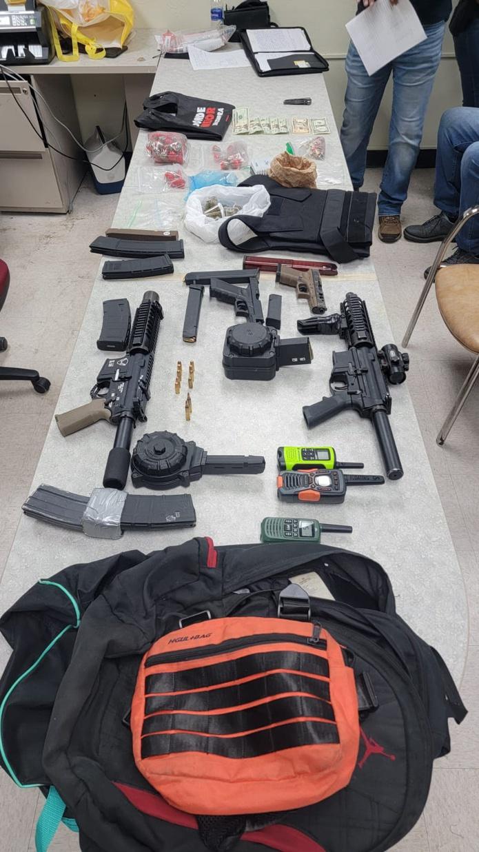 Las armas de fuego, cargadores, municiones, un chaleco antibalas y drogas fueron ocupadas a un joven que resultó herido al enfrentarse a los agentes.