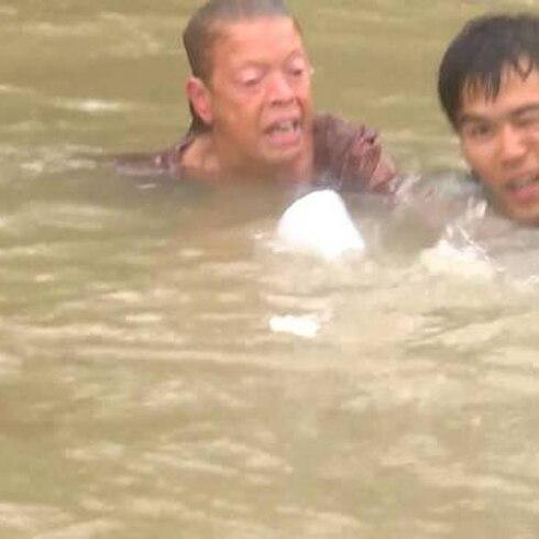 Dramático rescate de mujer que estaba por ahogarse en su auto