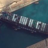 El canal de Suez sigue bloqueado por tercer día