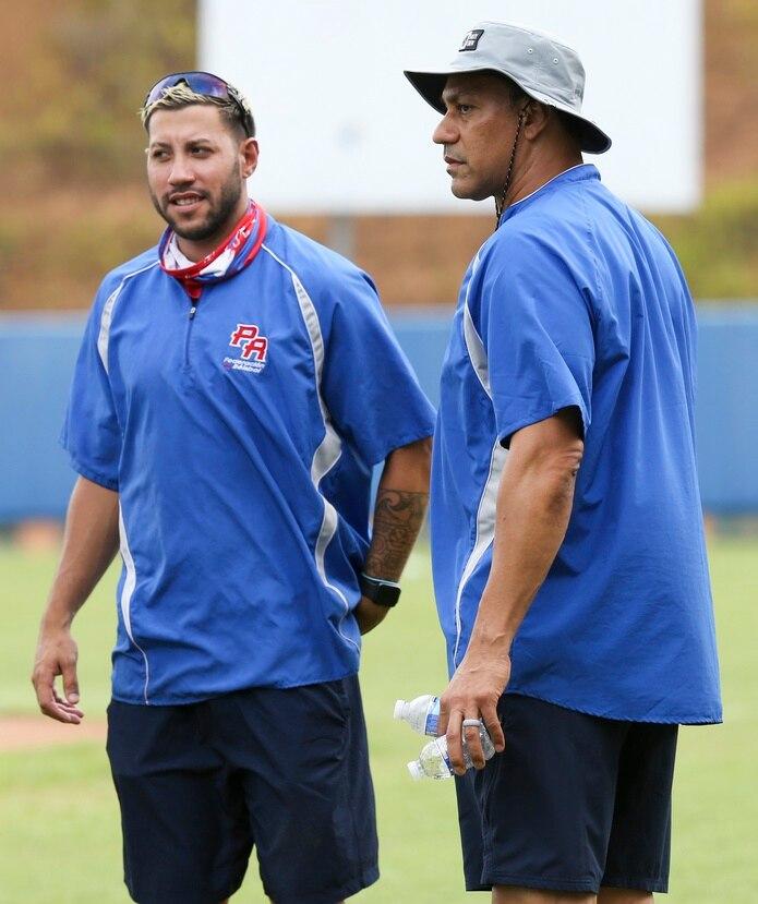 El dirigente de Puerto Rico, Juan 'Igor' González, a la derecha, conversa con el trainer Mario Ávila.