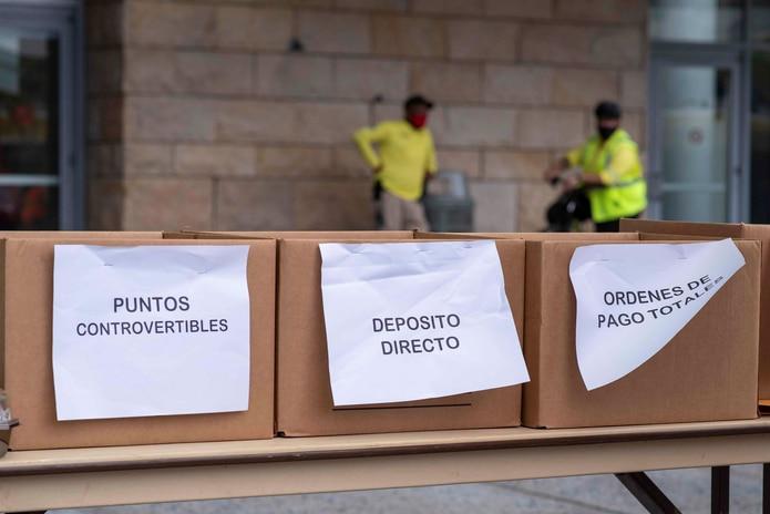 La entrega de documentos por servicarro para desempleo regular y PUA debutaron el pasado lunes en el Centro de Convenciones de Puerto Rico. Arriba, cajas donde se depositan los documentos entregados por los ciudadanos.