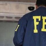 Le roban el arma y sus credenciales a agente del FBI