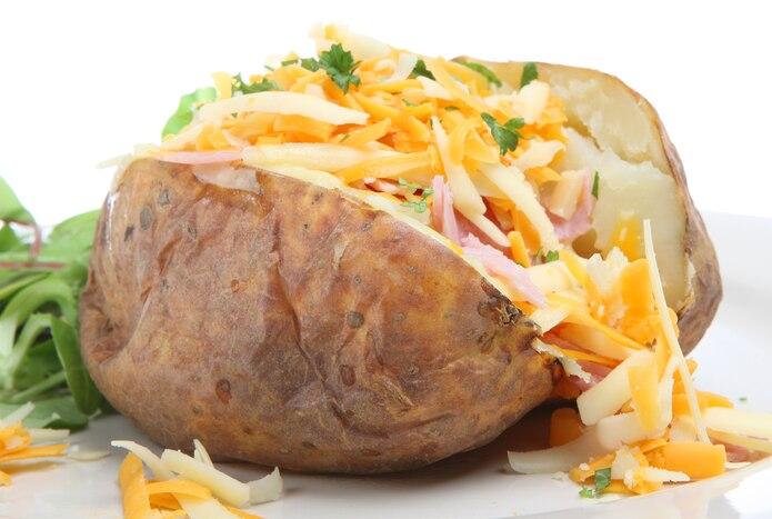 Una papa asada rellena no debe darte mucho problema si la pinchas varias veces y la cocinas en el microondas.