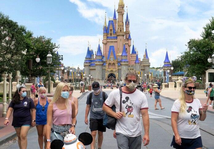En Florida, Disney ha estado limitando la asistencia a sus parques y cambiando los protocolos para permitir distanciamiento social.