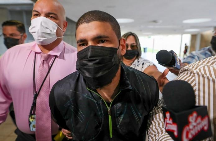 El exboxeador Juanma López en la comandancia de Caguas, donde fue arrestado por violencia doméstica.