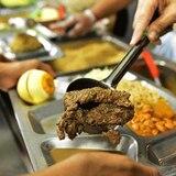 Familiares también podrían recibir comida de los comedores escolares