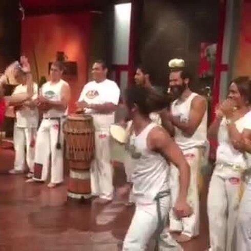 María de Lourdes Santiago baila capoeira