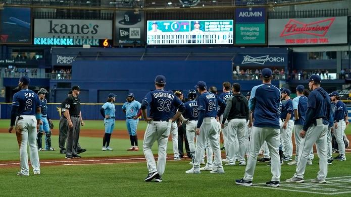 Los Blue Jays y los Rays están jugando con intensidad de playoffs y ya ayer el ambiente se tornó más agresivo cuando Toronto le dio un pelotazo a Kevin Kiermaier por haberse llevado una libreta de anotaciones del receptor de Toronto en el juego del día antes.