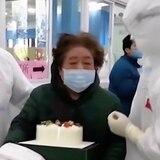 Celebran cumpleaños a los pacientes de coronavirus en Wuhan