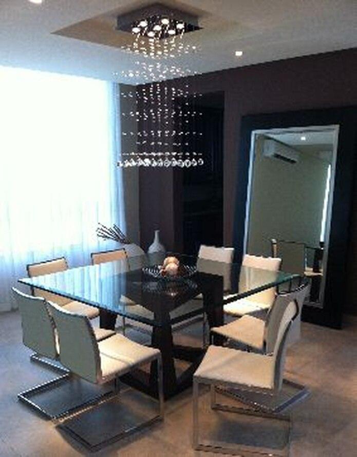 """En esta ambientación,  el decorador y diseñador de interiores Alexis Vázquez Hernández  combinó una mesa con una base de madera  con sillas en stainless steel y piel para lograr un estilo contemporáneo moderno.&nbsp;<font color=""""yellow"""">(Suministradas)</font>"""
