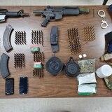 Ocupan armas, chalecos antibalas y drogas en Toa Alta