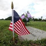 Cementerios de veteranos abrirán este domingo con menos restricciones