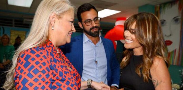 Kany García y la gobernadora se saludan entre sonrisas. Observa el secretario del DCR, Eduardo J. Rivera Juanatey. (Twitter)