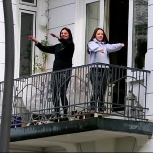 Mexicano pone a sudar a los alemanes en sus balcones