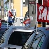 """Fondos federales impulsan """"histórica"""" venta de vehículos"""