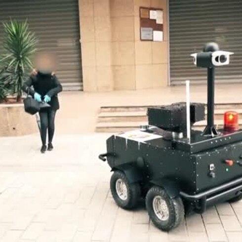 """Increíble """"robocop"""" vigila a la gente en la cuarentena"""