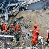 Potente terremoto en Indonesia provoca muertes y derrumbes