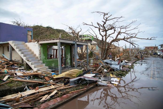 Decenas de familias se salvaron huyendo en canoas tras abandonar sus casas de madera, que quedaron totalmente destruidas. (AP)