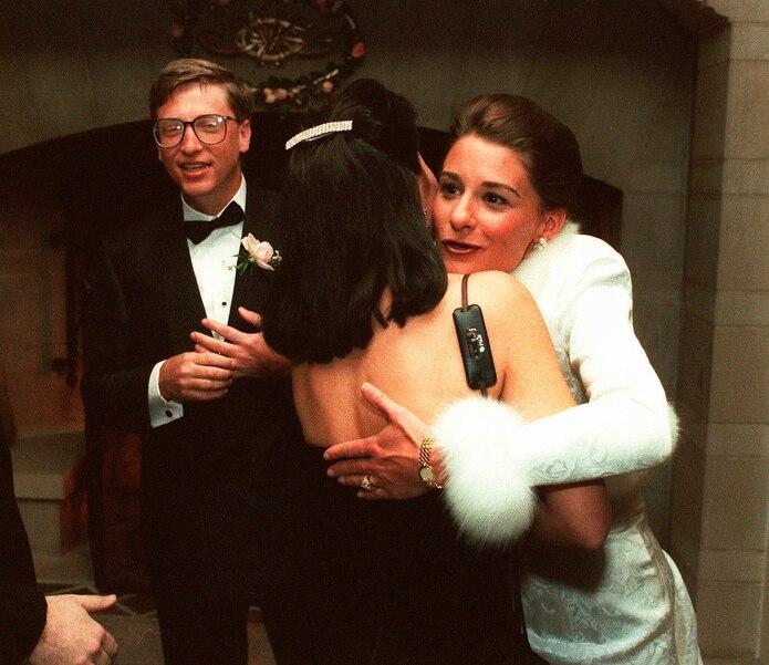 Bill Gates y Melinda saludan a los invitados en una recepción en una finca privada en Seattle el 9 de enero de 1994. La pareja se había casado la semana anterior en Hawái.