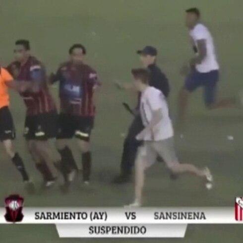 Futbolistas le meten pela a árbitro