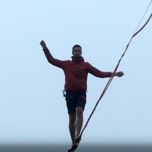 Caminó en la cuerda floja entre intensa neblina