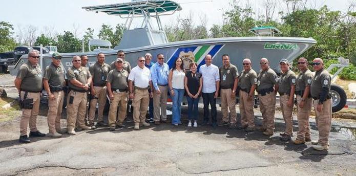 El Cuerpo de Vigilantes junto a la secretaria de Recursos Naturales y Ambientales, Tania Vázquez Rivera, y la secretaria de la gobernación, Zoé Laboy Alvarado. (Suministrada)